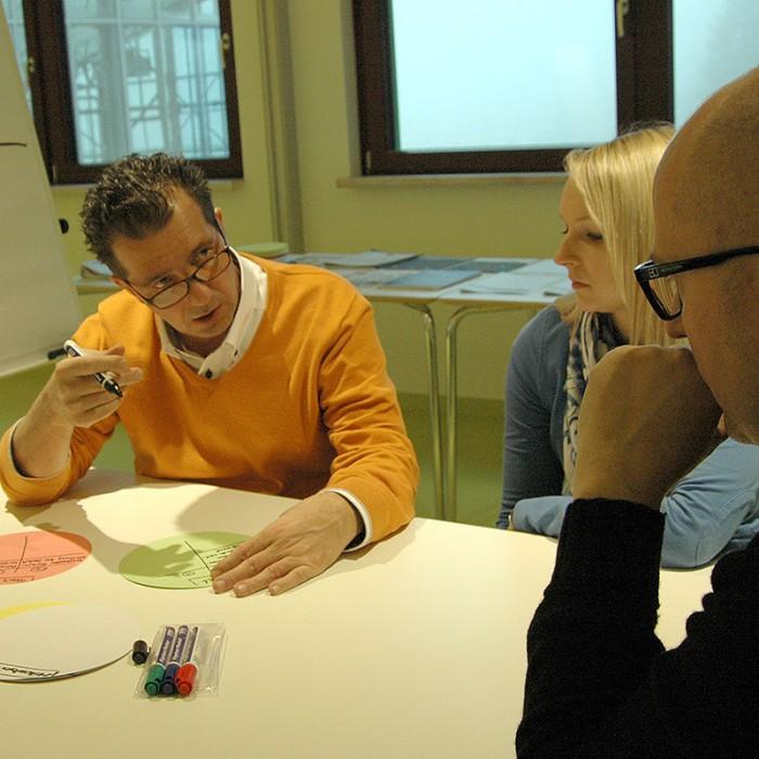 Projektteams diskutierten und arbeiteten gemeinsam an zukünftigen Strategien.
