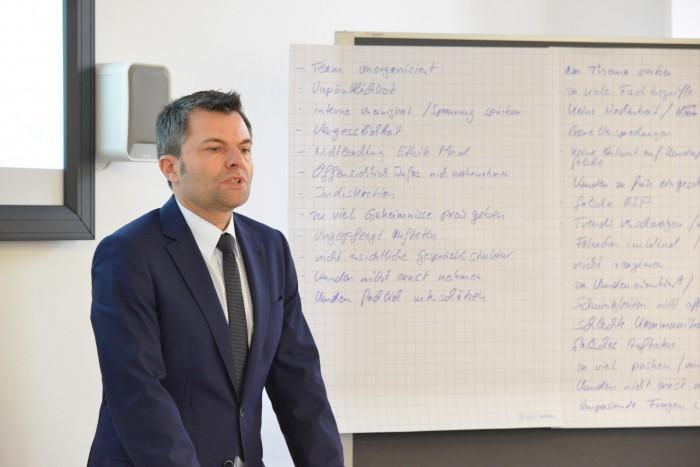 Der Geschäftsführer der amadeus Agentur Fredi Stumpf führte durch den Markenkongress